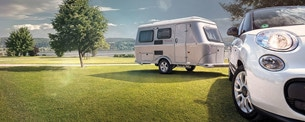 Kultvagnen Eriba Touring har 1,95 i takhöjd med taket i upphissat läge.
