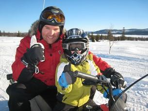 Rasmus och Mathias är redo för en tur på snöskoter