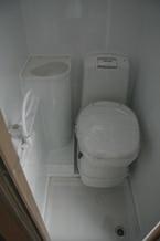 Toalett och duschmöjlighet finns ombord.