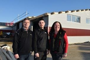 Bengt, Viktor och Siw övervakar bygget som kommer att resultera i 500 nya kvm för verkstad och utställning.