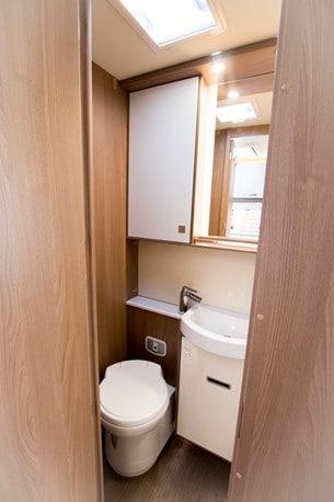 Toalett och dusch är i samma utrymme, men avdelat med en duschkabin.