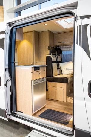 Gott om plats att kliva in i bodelen och fin utsikt när man lagar mat. Skjutdörren är bred och försedd med myggnät. Här är en Road Car R 600.