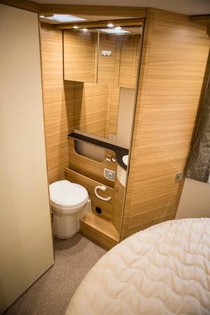 Duschen och toaletten ligger på var sin sida av bilen. Båda känns eleganta och välplanerade.