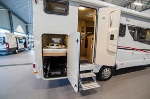 Garageluckan är stor och nedersta sängen kan fällas upp om man behöver lasta mycket i garaget.