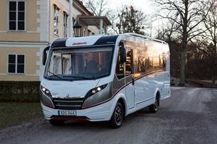 Dethleffs Globebus har en snygg profil med läcker front. Med en röd så kallad Skid plate längst fram och lamporna placerade i en uppåtgående linje, sticker husbilen ut från mängden.