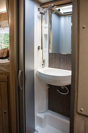 Toaletten har integrerad dusch. Ytan är bra disponerad och handfatet är väl tilltaget.