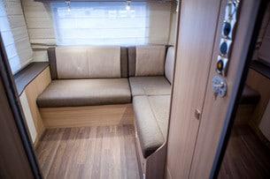 Soffgrupp med lounge! Här kan en taksäng hissas ner. Soffbordet finns inskjutet under soffan.