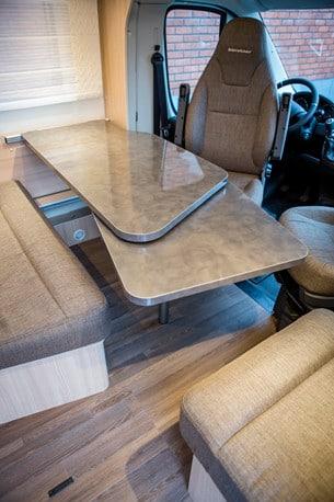 En smart extraskiva i bordet kan fällas ut.