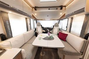 Trend T/I 6757 DBL är en planlösning med queensbed och en lounge-sittgrupp.