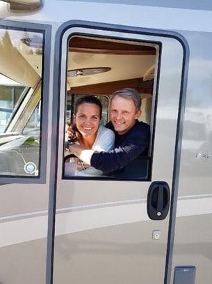 Clara Byström Herngren och Felix Herngren strålade ikapp med lacken när de hämtade sin nya husbil.