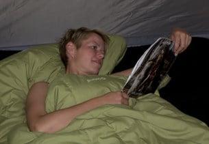 När du är på tältsemester är något av det viktigaste en skön sovsäck och ett bra liggunderlag eller luftmadrass.