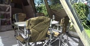 Det är smart att införskaffa sig campingmöbler och utrustning som lätt kan fällas ihop, så de inte tar så mycket plats i bilen.