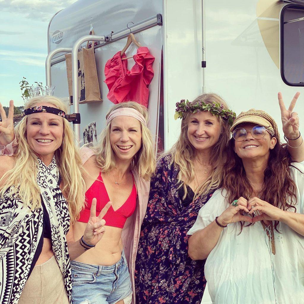 I Linghed anslöt ett helt gäng med väninnor och barn och då ställde Carola till med hippiefest.