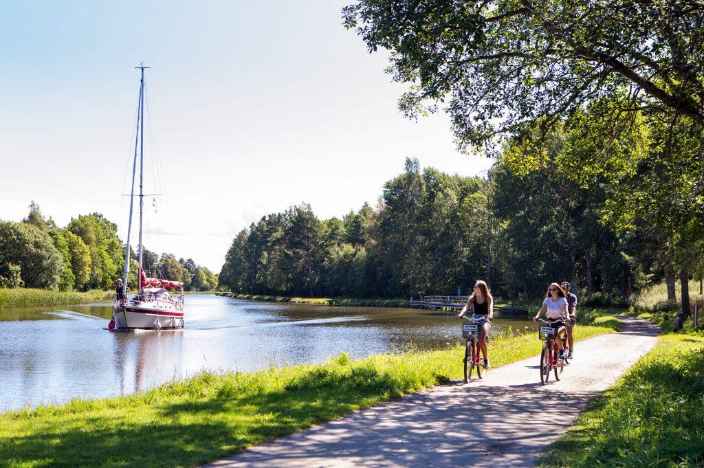 Göta kanal är 191 km lång och sträcker sig från Sjötorp vid Vänern, strax nordost om Mariestad, till Mem vid Östersjön, strax öster om Söderköping.