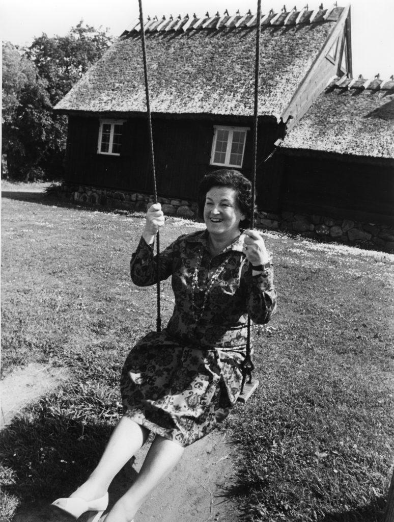 Birgit gungar på Hembygdsgården Boarp.