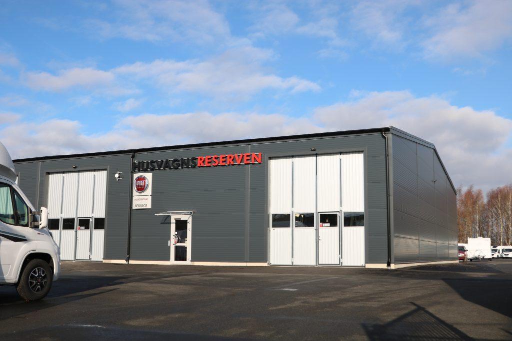 Den nya verkstaden har sex arbetsplatser, fyra lyftar, snickeri, lager och kundmottagning.