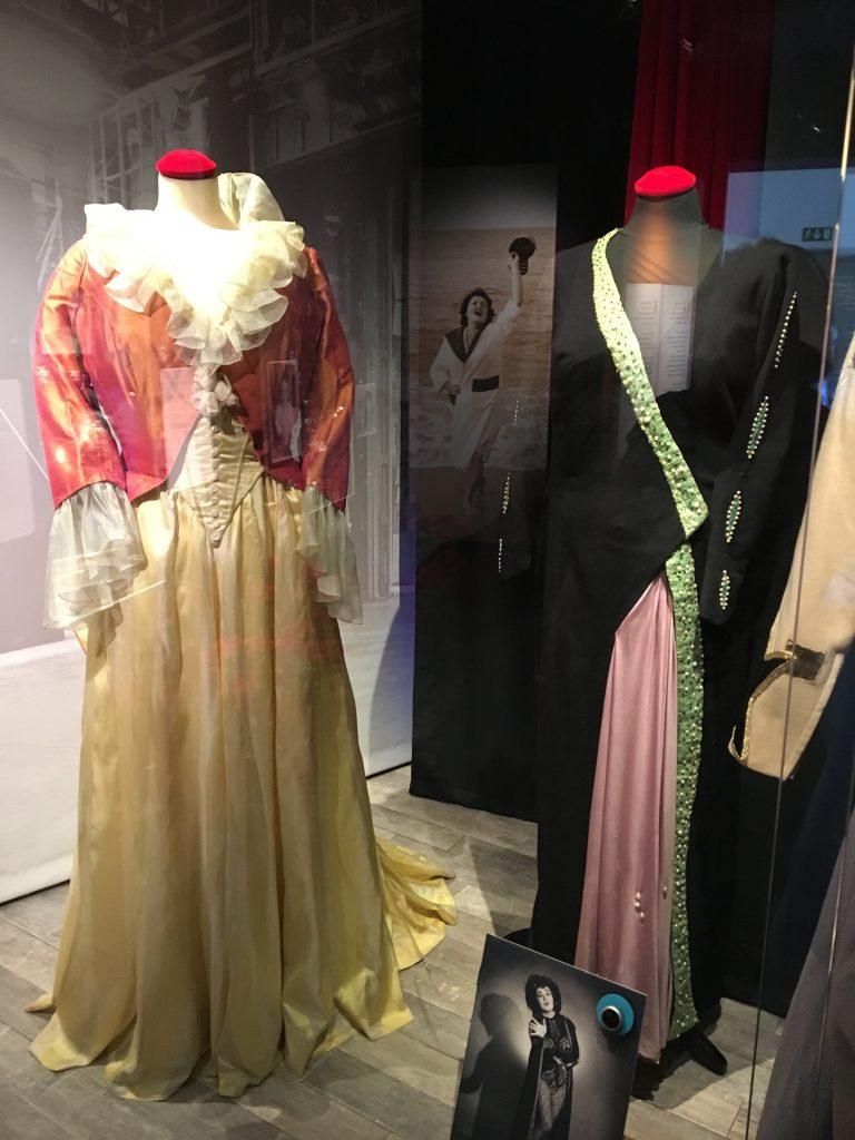 De stora operarollerna kräver elegant klädsel.