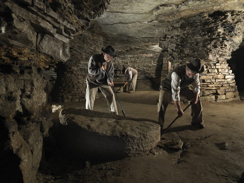 Tillverkningen av kvarnstenar startades av munkar från Cistercienserorden år 1147.