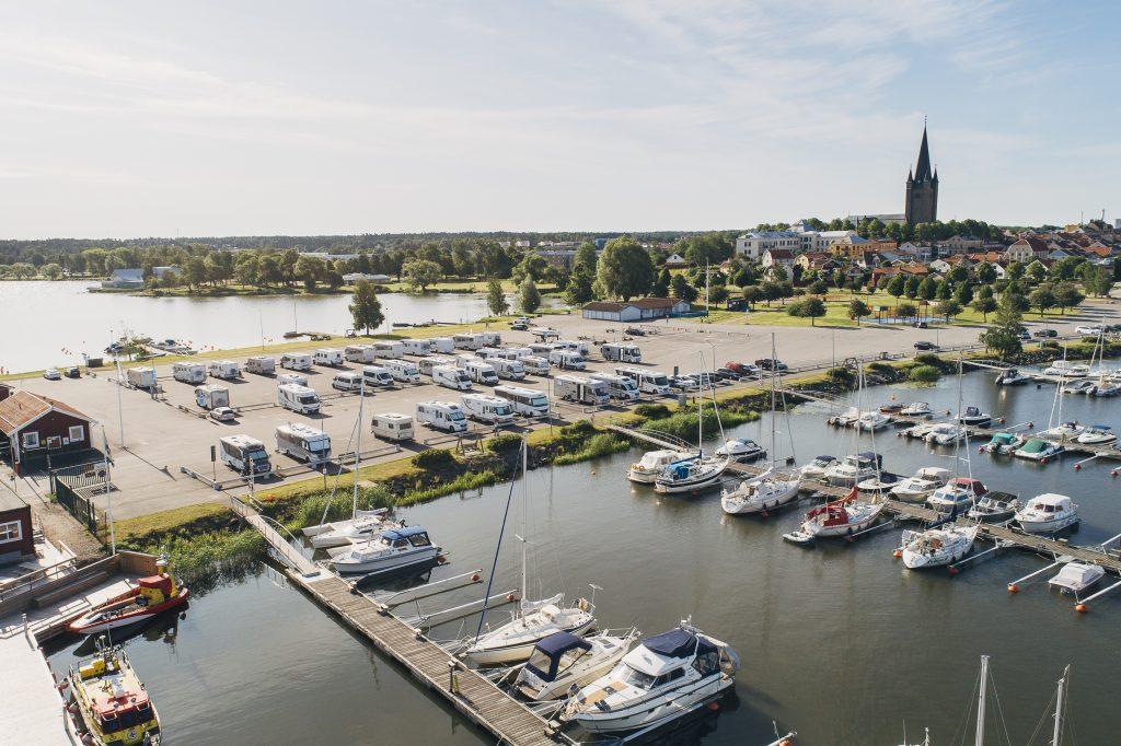 Mariestad utsågs till årets husbilsvänligaste kommun 2015. Ställplatsen vid yttre hamnen har 59 platser, varav 36 har el.