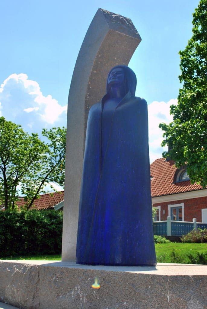 """Skulpturen """"Birgit"""" av Ulla och Gustav Kraitz avtäcktes 17 maj 2013, 95 år efter hennes födelse."""