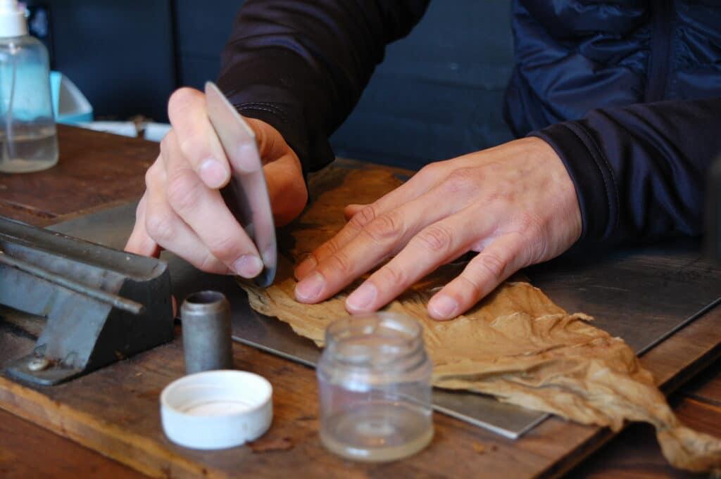 Att rulla cigarrer är ett hantverk för den fingerfärdige.