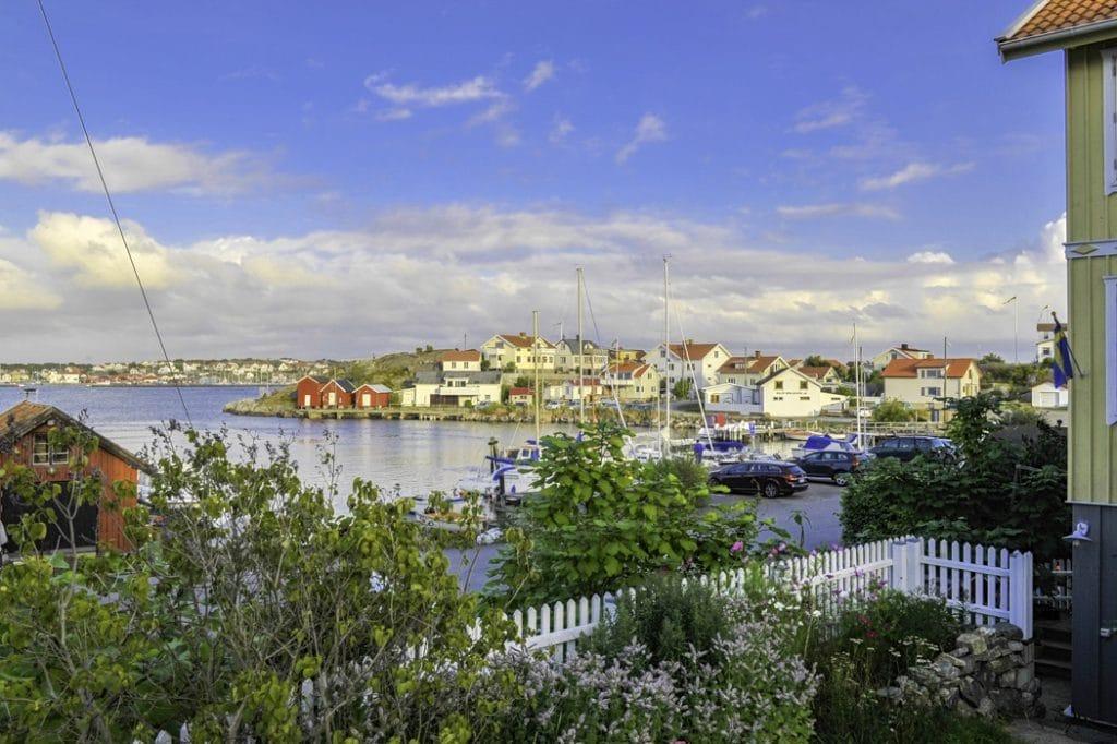 Hönö är den till ytan största av öarna och har den största befolkningen.