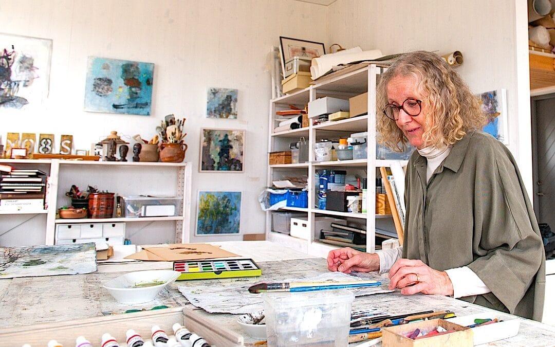 Maria Drott målar växter i manshöjd