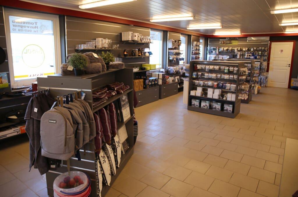 Butiken är luftig och välordnad med ny inredning.