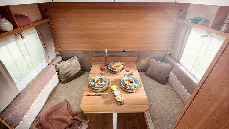 På LMC Style 400 F kan sittgruppen med ett enkelt handgrepp förvandlas till en dubbelsäng.