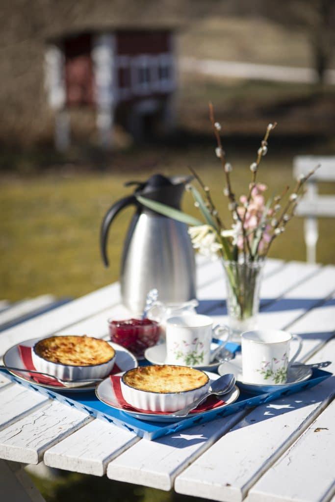 Njut av nybryggt kaffe, småländsk ostkaka och sylt på egenodlade bär.