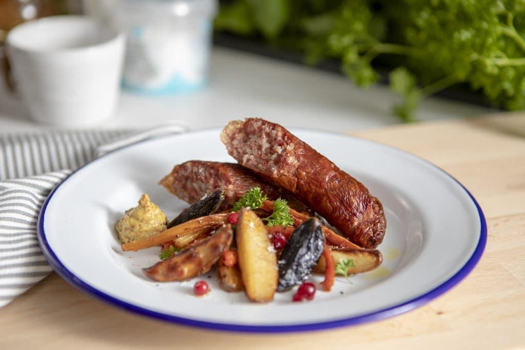 Klassiska småländska isterband serverade med ugnsrostade rotfrukter, lingon och senap.