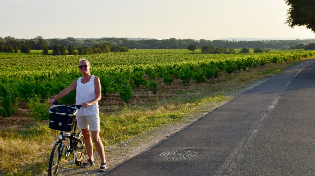 Carina på cykeltur i Chateauneuf-du-Pape.