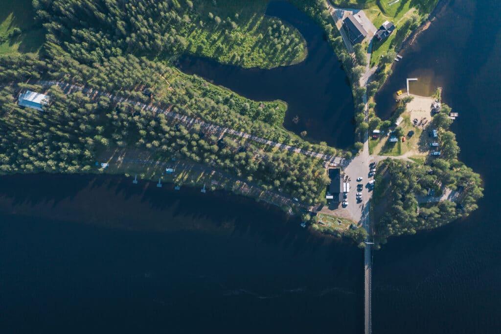 Här kan man bo i Fågelnästen, hotellrum byggda i träden. Det finns även 21 campingplatser.