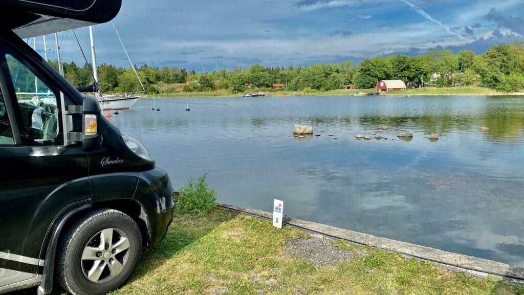 Grisslehamns marina & camping, med fina camping- och ställplatser utmed vattnet.