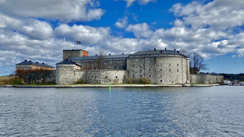 Vaxholms kastell ligger på grannön och kan nås med färja.