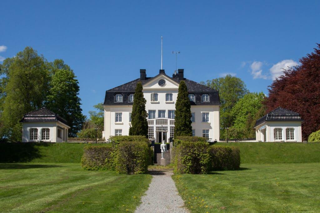 Den första herrgårdsbyggnaden byggdes 1794 av Carl Fredrik Uggla. Dagens herrgård är på 1200 kvadratmeter och rymmer 58 bäddar.