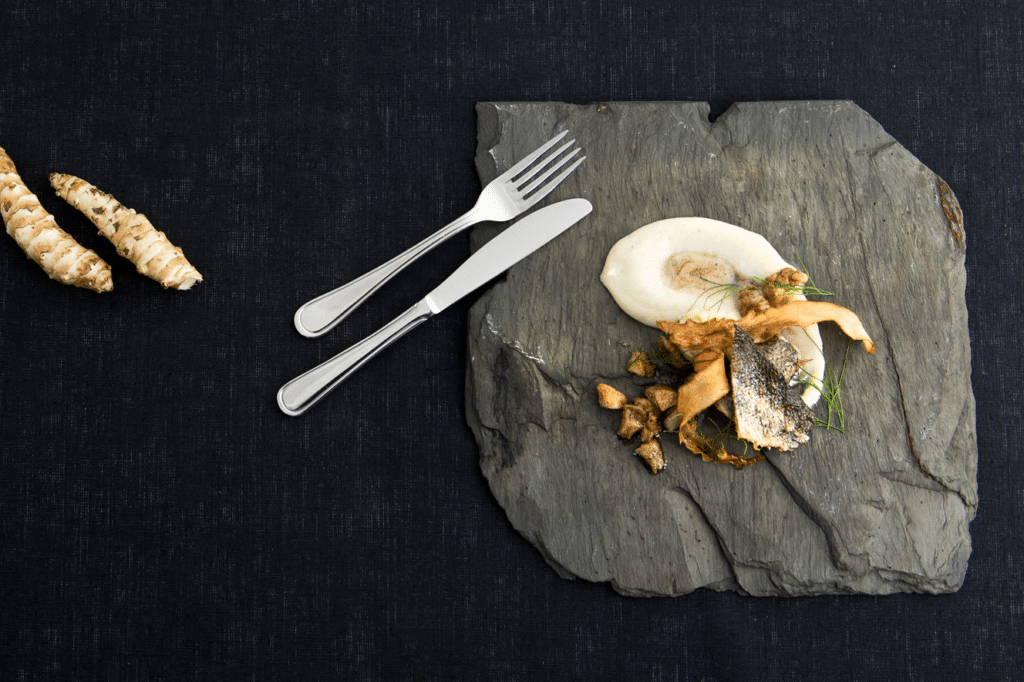 I Öjentorps Kök serverar köksmästare Emil Öjentorp förstklassig mat med inspiration från den dalsländska vildmarken och traktens många sjöar.