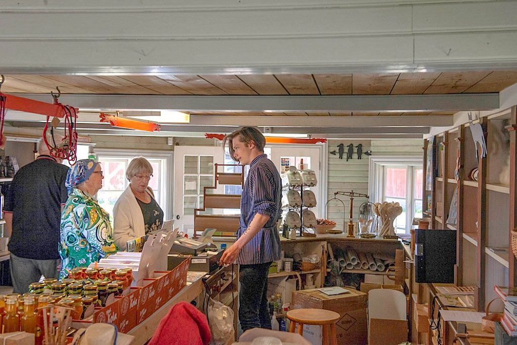 Ihandelsboden finns ett stort sortiment av slöjd- och hantverksprodukter.