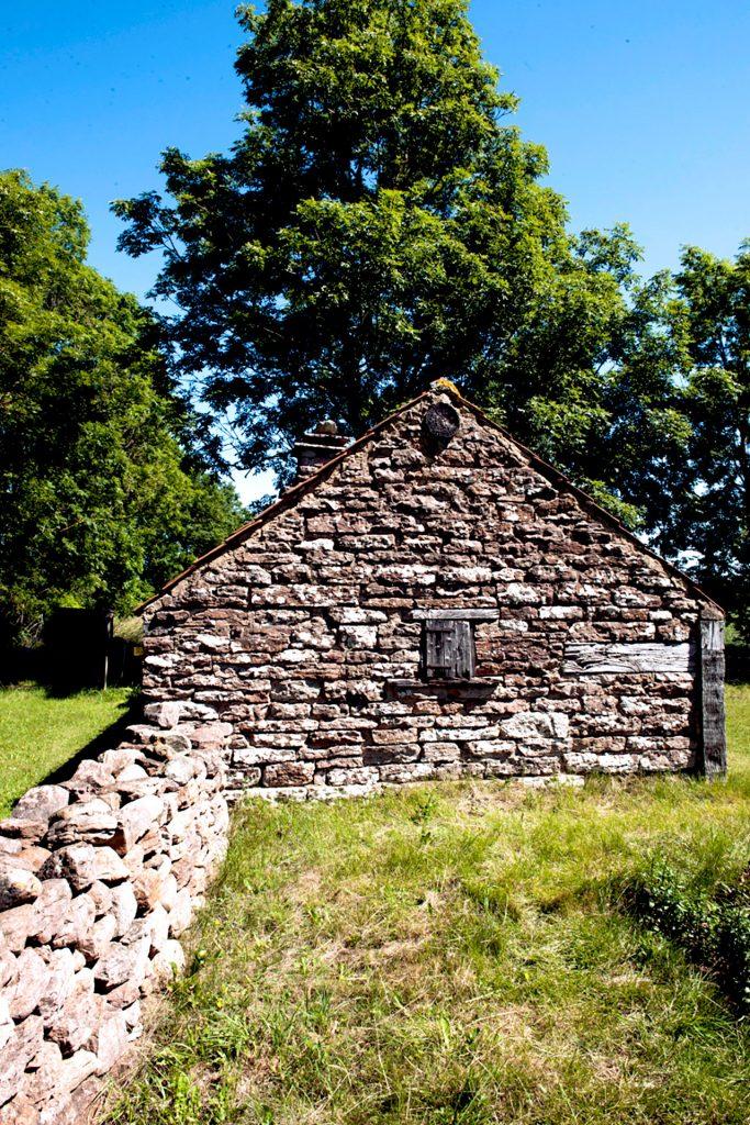 I gårdarna finns hus och miljöer från 1700- och 1800-tal.