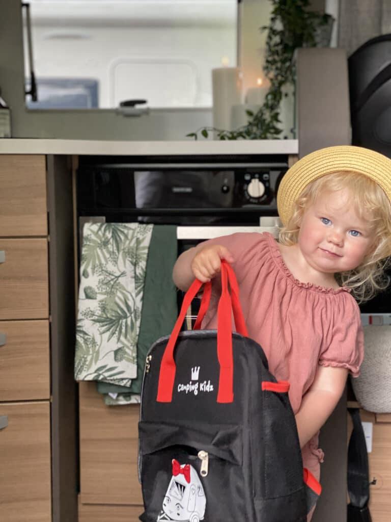 Iris har packat ryggsäcken och är redo för husbilsäventyr.
