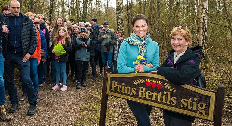Den 13 april bjöds allmänheten in att vandra längs Prins Bertils Stig tillsammans med H.K.H. Kronprinsessan. Till höger landshövding Lena Sommestad.