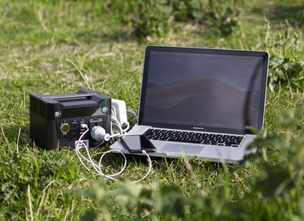Mini 300. Lätt att ta med sig och förser till exempel det mobila kontoret med ström var man än är.