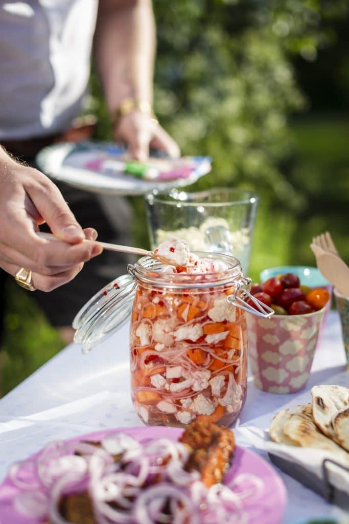 Sommarens bästa tilltugg, en burk med picklade grönsaker i kylskåpet.