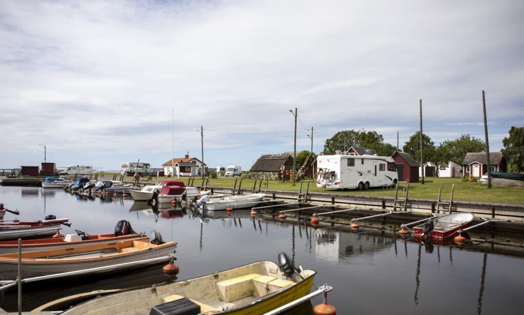 De fria ytorna i Tosteberga Hamn har gjorts till ställplatser för husbilar (och ibland husvagnar). Här finns möjlighet att stå med havsutsikt, bara några meter från havet, eller i mysig fiskemiljö inne vid hamnbassängen.