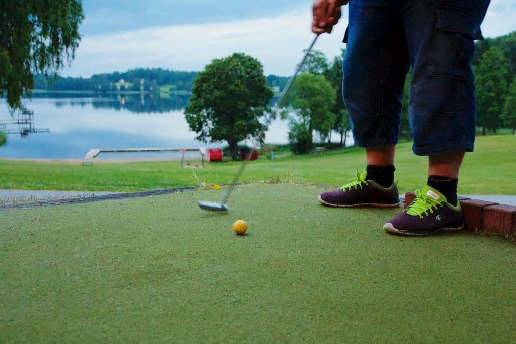 En runda med golfklubban i vackra miljöer.