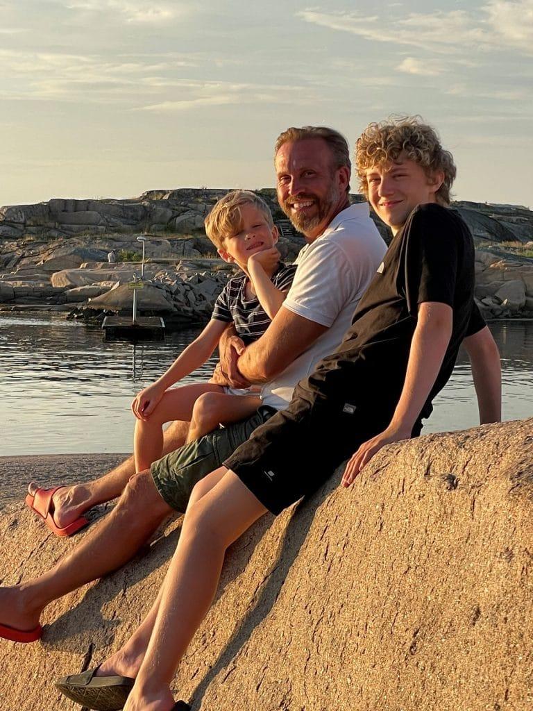 Jakob och sönerna Douglas, 15 år, och Gustav, 6 år, i Grebbestad.