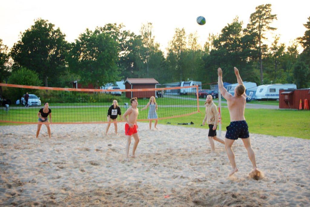 Testa en beachvolleyboll-match med vännerna.