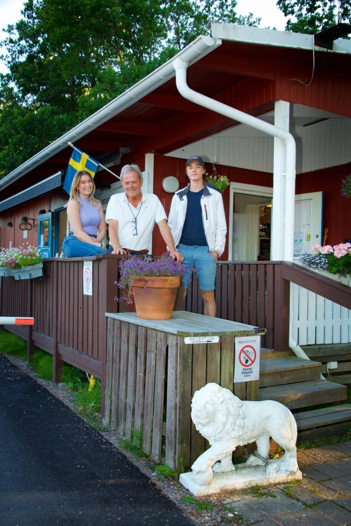 Björn Folkesson tillsammans med medarbetaren Amanda Sandström och sitt barnbarn Caspian Folkesson.