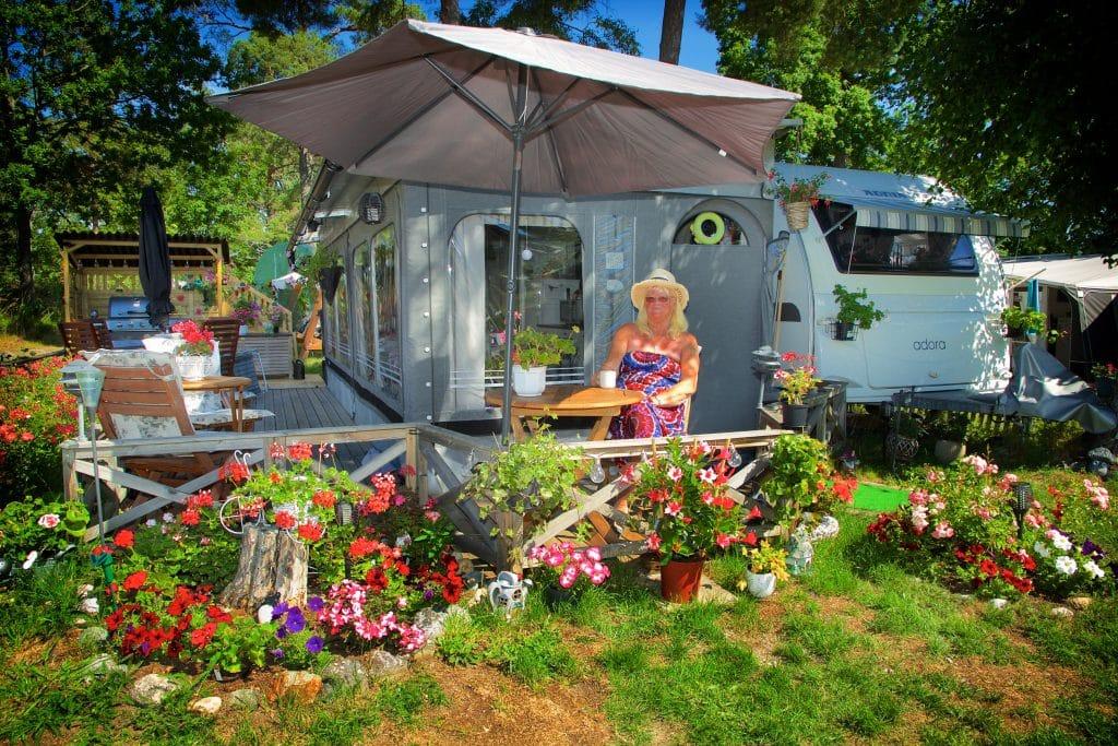 Gia Johansson trivs bland sina blommor på campingen.