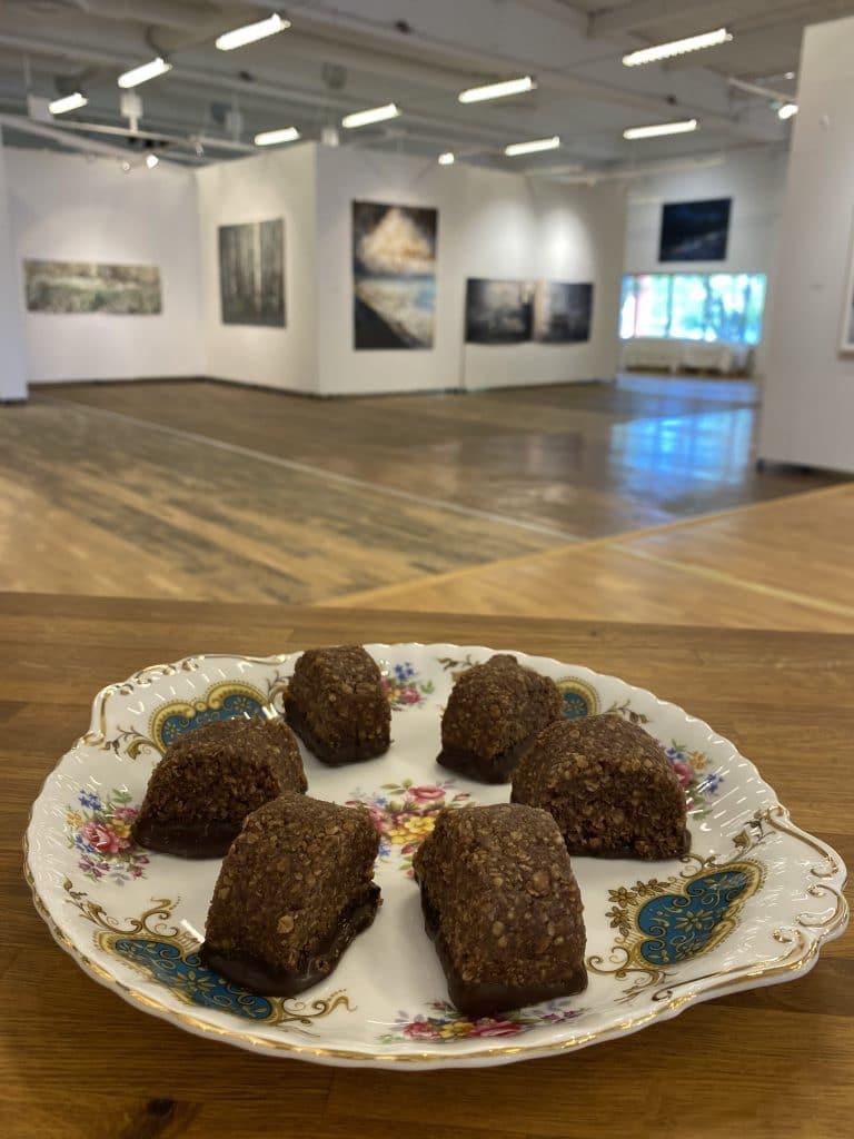 Det värmländska bakverket Molus är en chokladbollsdeg som man kavlar ut till en korv, delar i lämpligt stora bitar och doppar i mörk choklad.